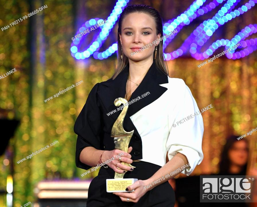 """Imagen: 15 February 2019, Berlin: 69th Berlinale - Notte delle Stelle: Sonja Gerhard, actress, receives the """"""""Premio Bacco. The award is presented by Italian film."""