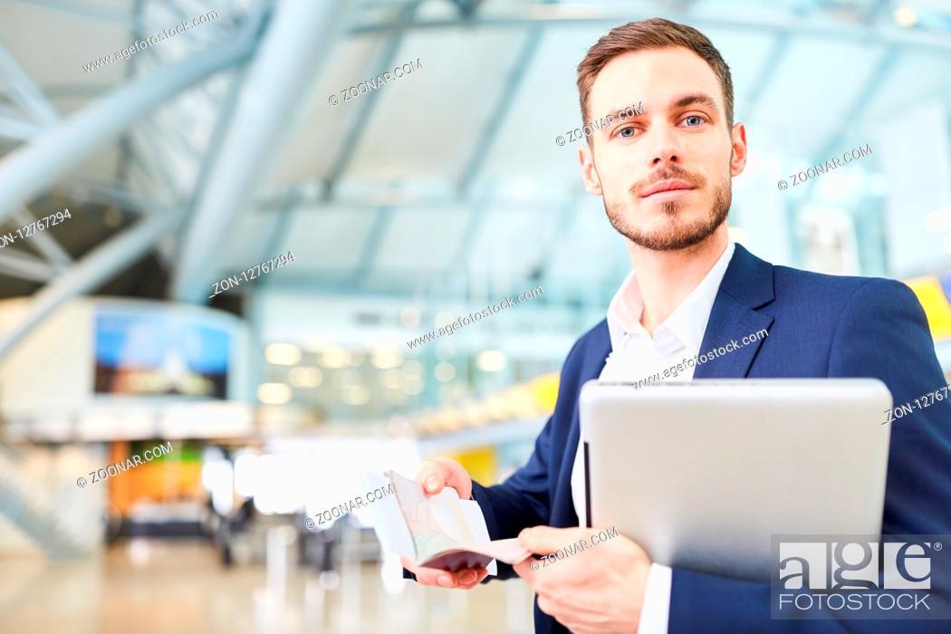 Imagen: Junger Geschäftsmann im Flughafen Terminal mit Laptop und Terminkalender auf Reisen.