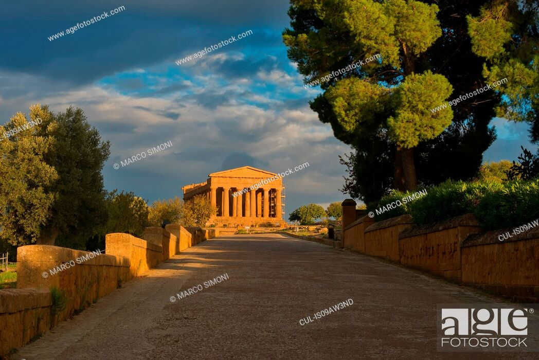 Photo de stock: Walkway and Temple of Concordia, Valley of the Temples, Agrigento, Sicily, Italy.