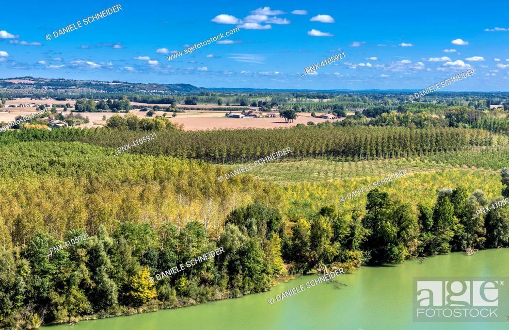 Stock Photo: France, Tarn-et-Garonne, Auvillar, view on the Garonne river (Most Beautiful Village in France) (Saint James way).
