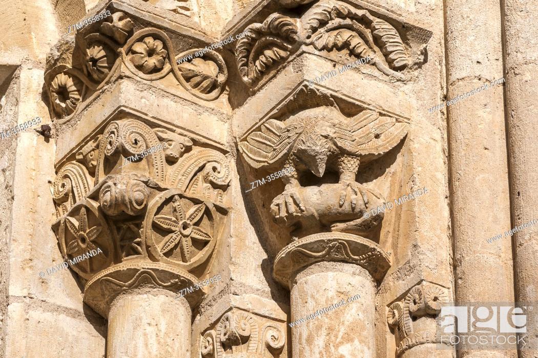 Imagen: Capiteles de un ventanal de la Iglesia de la Natividad de Nuestra Señora (Añua). Elburgo. Ã. lava. País Vasco. España.