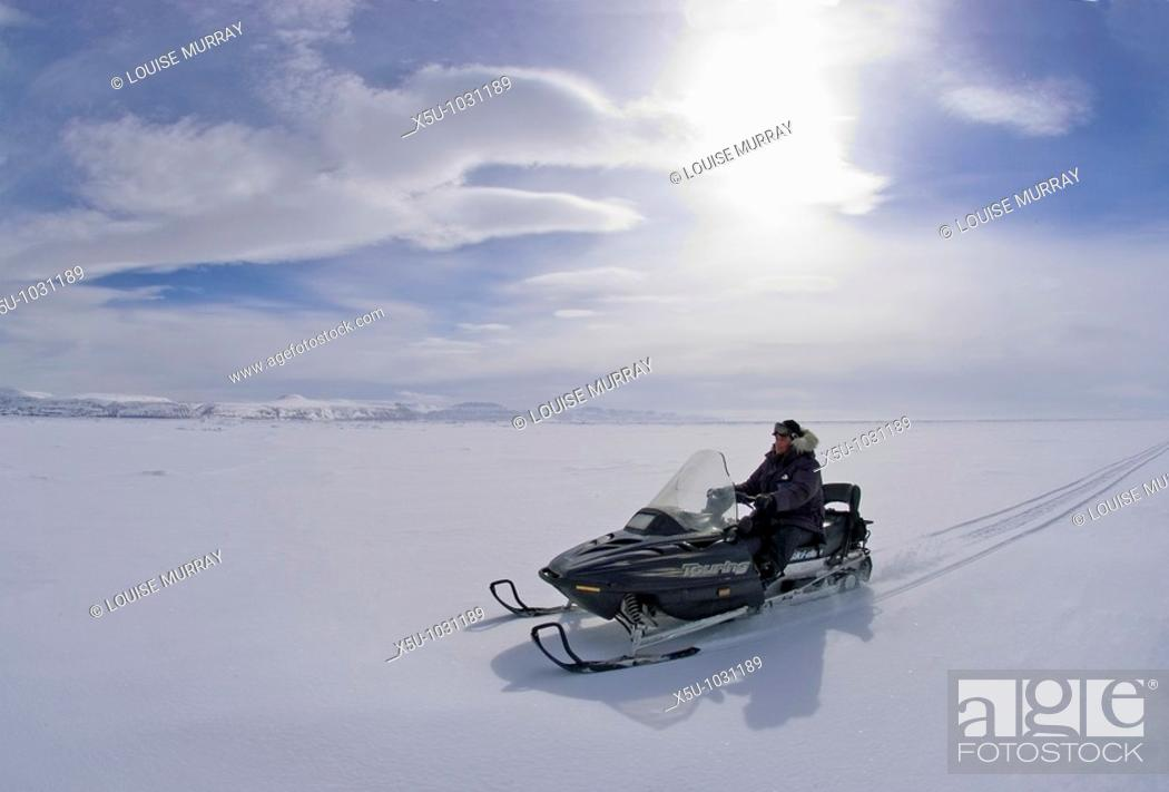 Imagen: Canadian High Arctic, Lancaster Sound, Nunavut Canada May 2004 Driving snowmobile on sea ice.