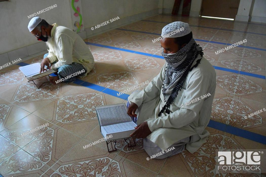 Imagen: In the outskirts of Agartala, capital of the Northeastern state of Tripura, India, muslim devotes read the Quran at a Mosque.