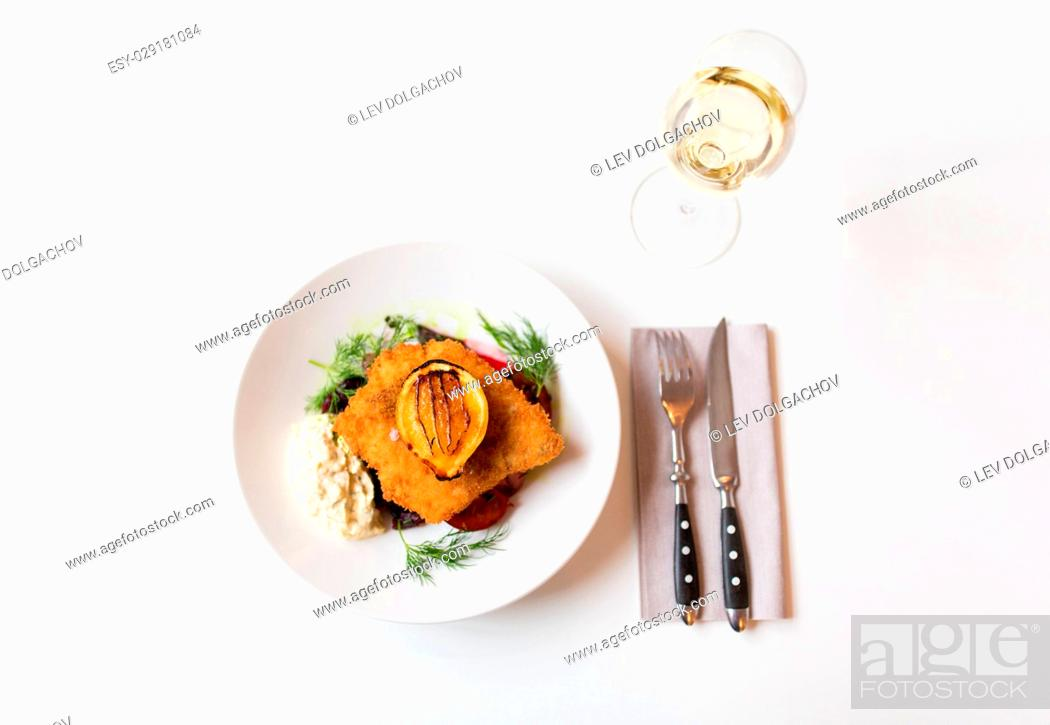 Photo de stock: food, new nordic cuisine, dinner, culinary and cooking concept - fish salad with breaded fish fillet with tartar sauce and oven-baked beetroot tomato salad and.