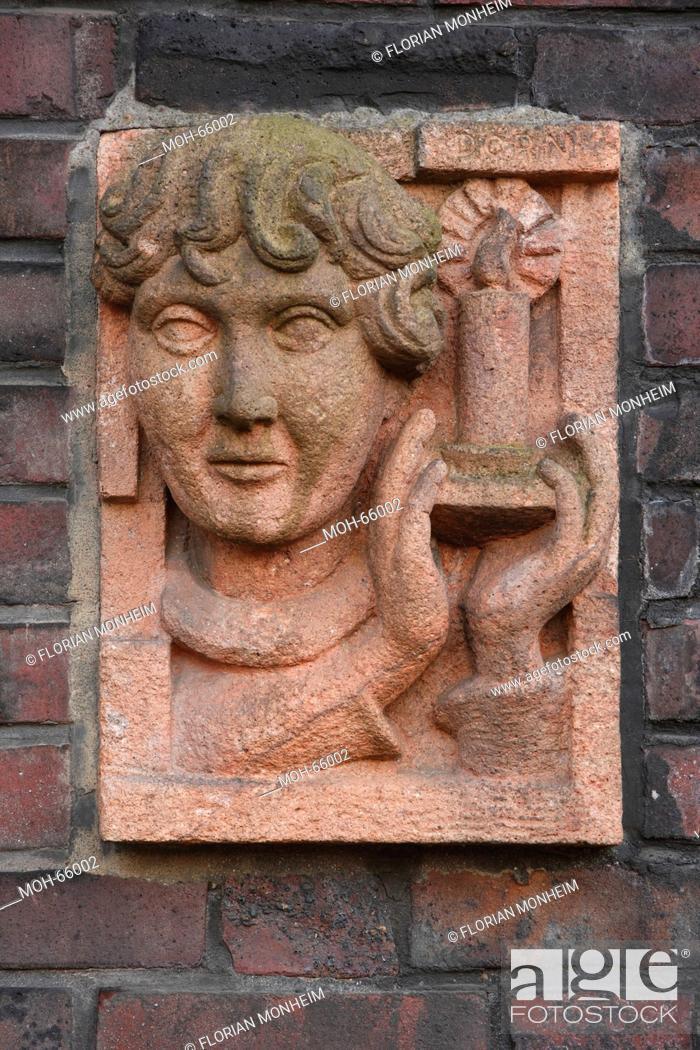 Stock Photo: 1926-1927 Architekt: Figge, Relief an einem Hauseingang, Kopf und Kerze, Bildhauer: Dorn.