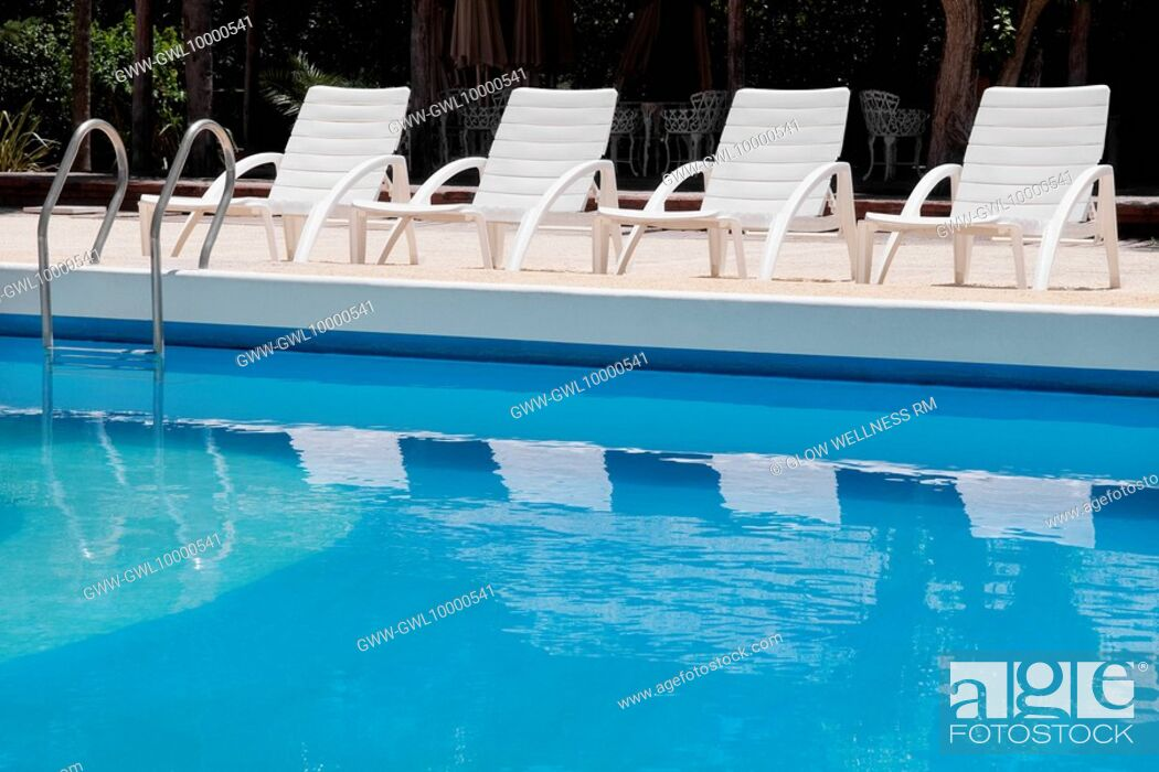 Imagen: Lounge chairs at the poolside.