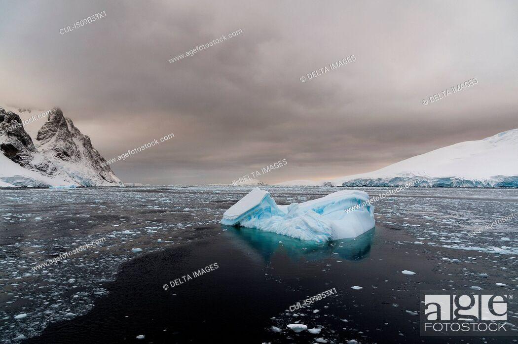 Imagen: Icebergs in Lemaire channel, Antarctic.