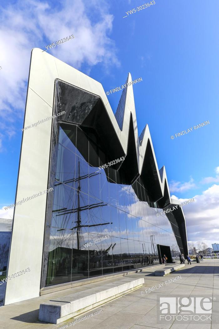 Imagen: Front glass facade of the Transport museum with the reflection of the Glenlee, Anderston, River Clyde, Glasgow, Scotland.