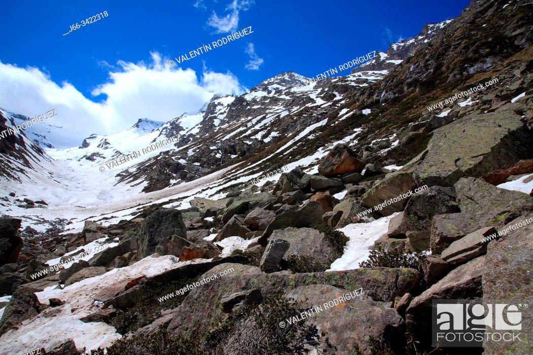 Imagen: Landscape at the head of Valsavarenche valley. Glacier du Grand Etret. National park Gran Paradiso. Italy.