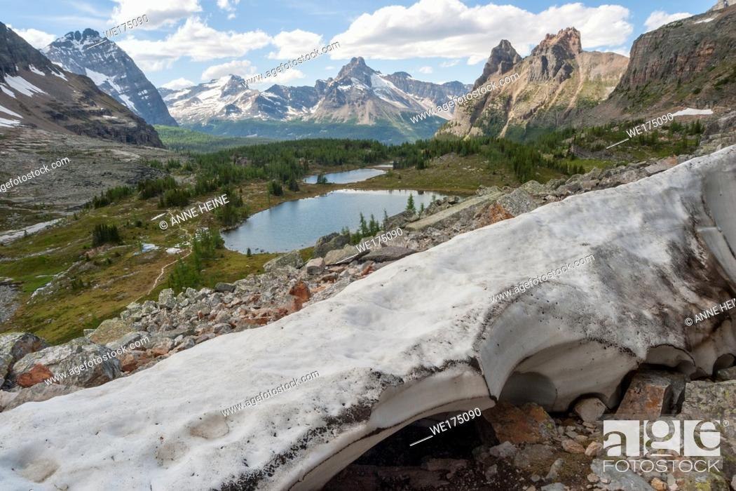 Imagen: Remaining ice sheet in spring from glacier on Glaciar Peak. Lake O`Hara area with Lake Oesa in the background. British Columbia (border to Alberta).