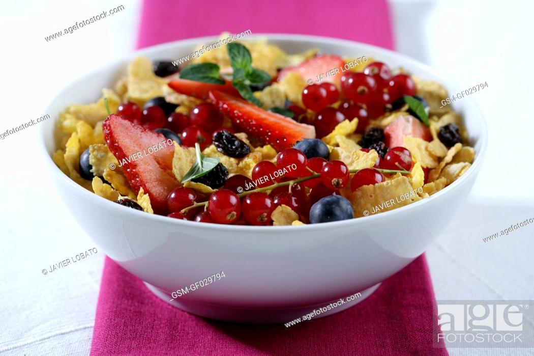 Imagen: Bowl with corn flakes, large strawberries, recurrants, raisins and blueberries.