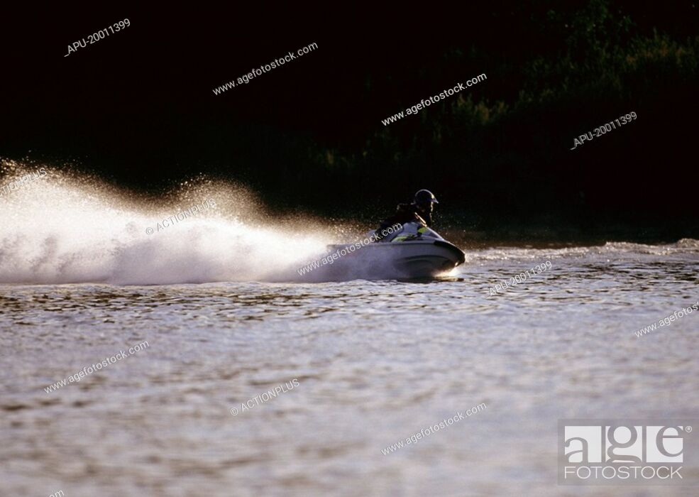 Imagen: Jet ski rider takes a sharp turn causing large wake.