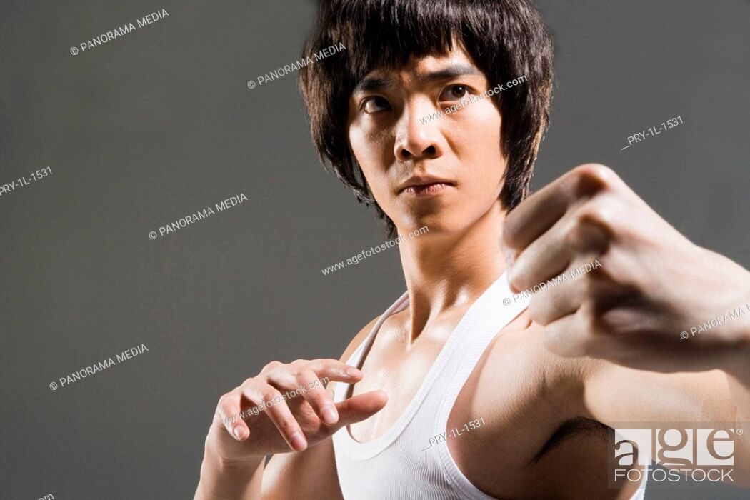 Imagen: a man practicing Chinese Kungfu.