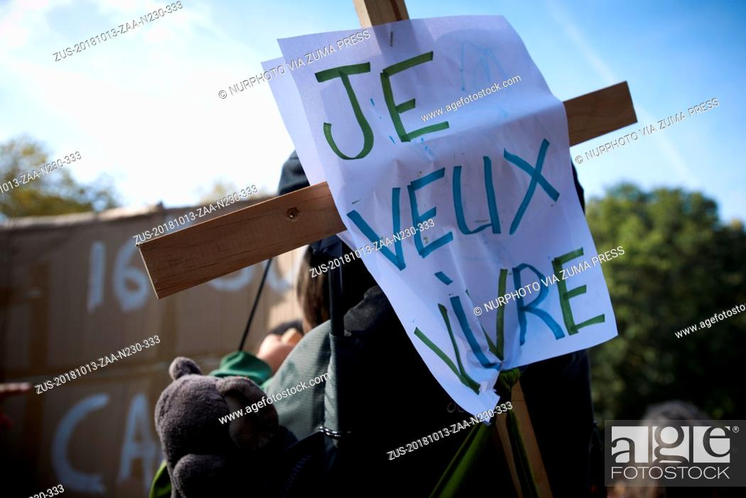 Stock Photo: October 13, 2018 - Toulouse, France - Parents of a baby put a placard reading 'I want to live' on his cradle. After the IPCC report on the difference between 1.