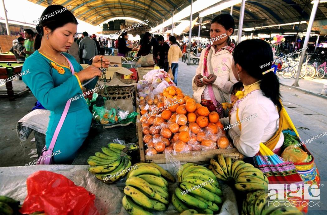 Stock Photo: China, Yunnan province, Xishuangbanna region, Menghun, market day.