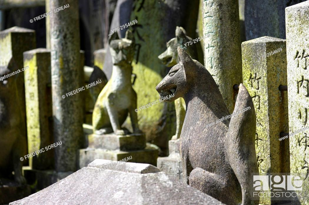 Stock Photo: Fox statue at Fushimi Inari Taisha, a large Shinto shrine complex near Kyoto, Japan, Asia.