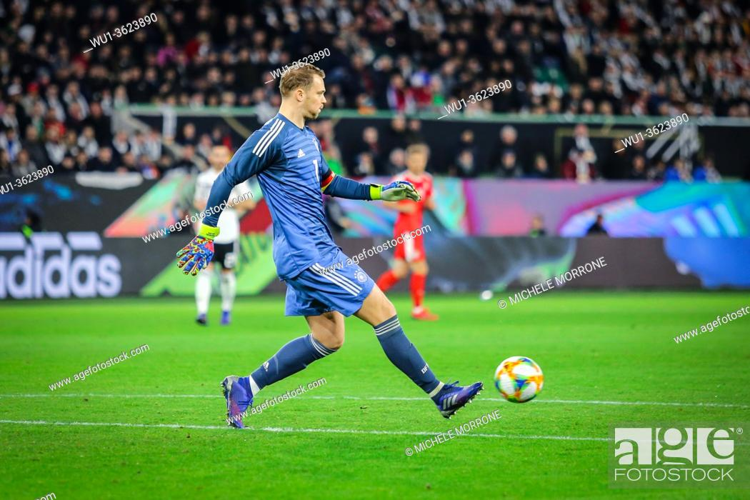 Imagen: Wolfsburg, Germany, March 20, 2019: German goalkeeper Manuel Neuer kicks the ball during the international friendly game between Germany and Serbia at.