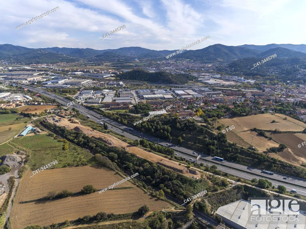 Imagen: Aerial view of AP-7 highway and industrial area. Parets del Vallès. Barcelona, Spain.