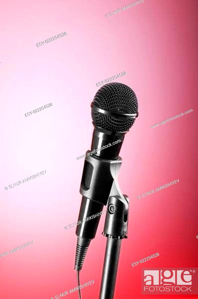 Imagen: Black microphone against the colorful gradient background.