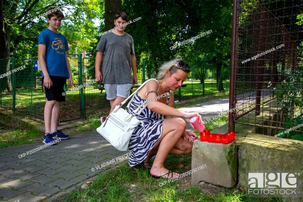 Imagen: A woman lights candle for victims of arson attack in Bohumin, Czech Republic, on August 9, 2020. Eleven people died in a fire in a pre-fab house in Bohumin.