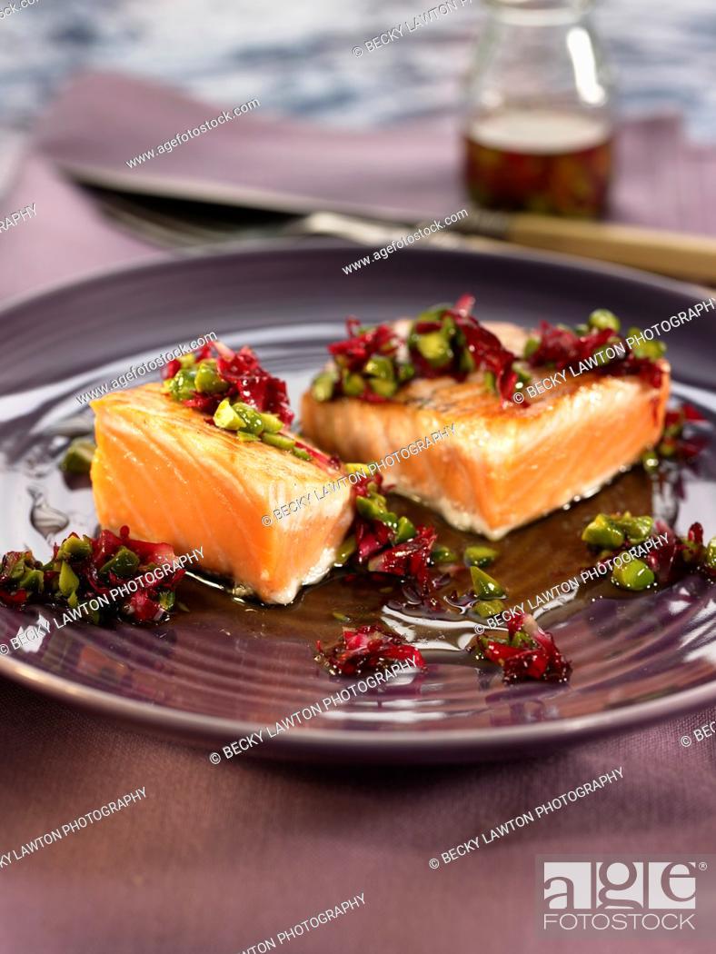 Imagen: salmon con rosas y pistachos.