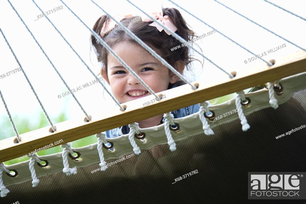 Imagen: A three year old girl plays on a hammock in Tofino, British Columbia, Canada.