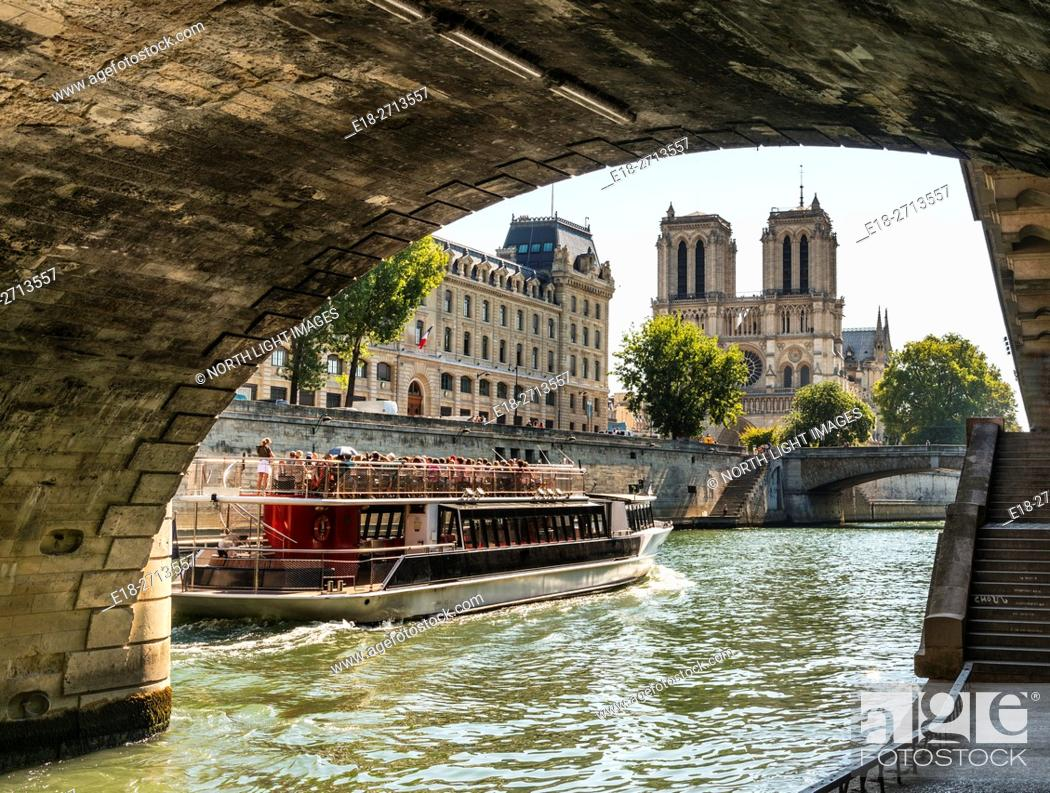 Imagen: Notre Dame Cathedral viewed from the River Seine under the Petite Ponte bridge, Paris, France.