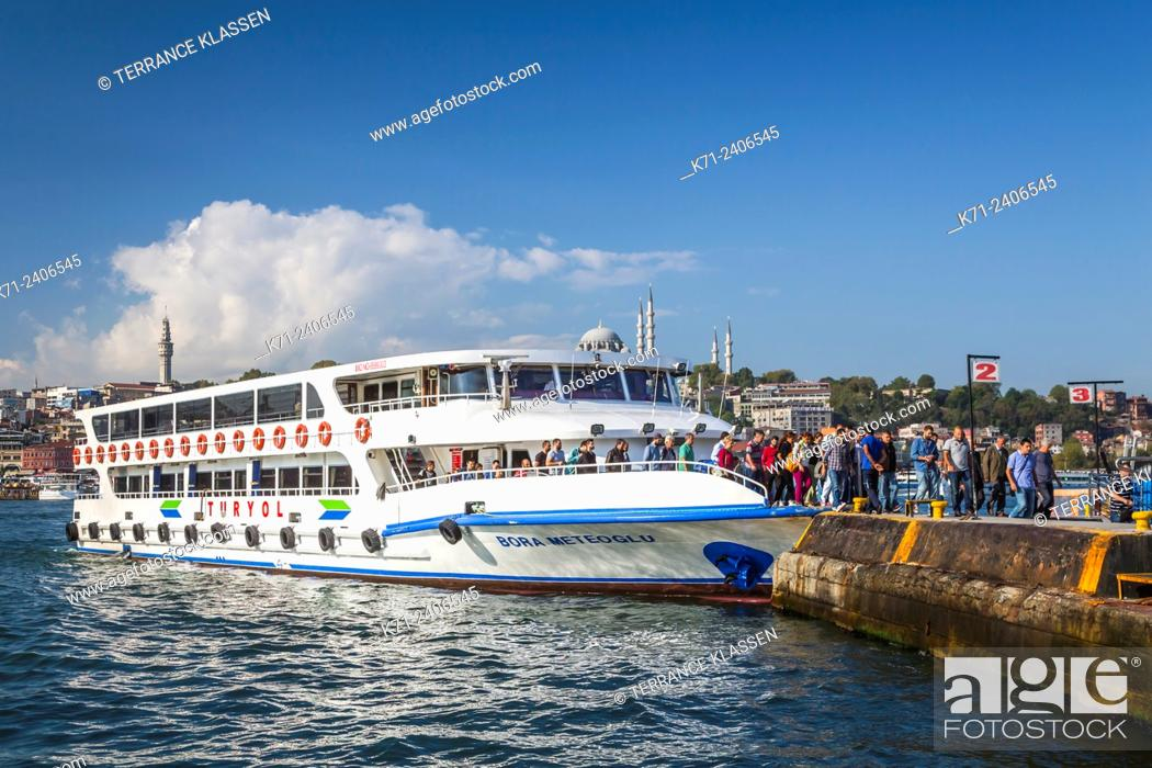 Imagen: Passenger ferry and water taxis in the Golden Horn waterway in Istanbul, Turkey, Eurasia.
