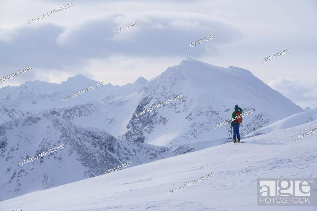Imagen: Ski touring in the Lyngen Alps, Lyngen peninsula, Troms County, Norway, Europe.