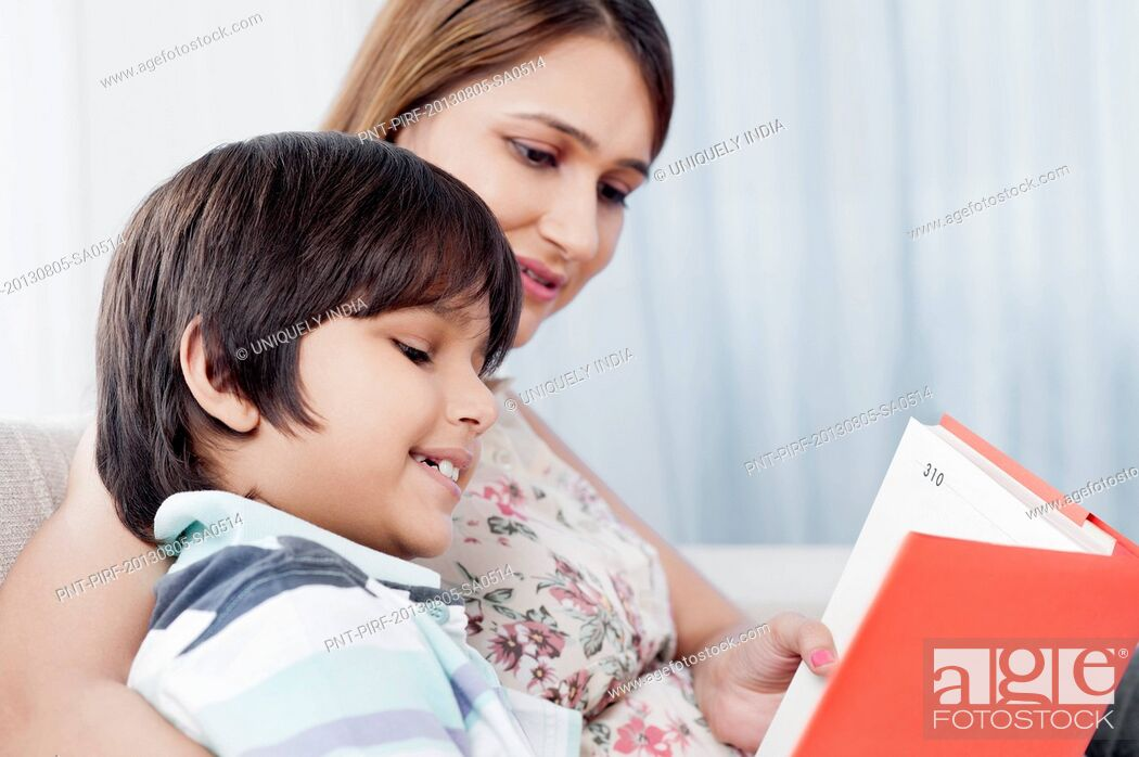 Imagen: Boy reading a book with his mother.