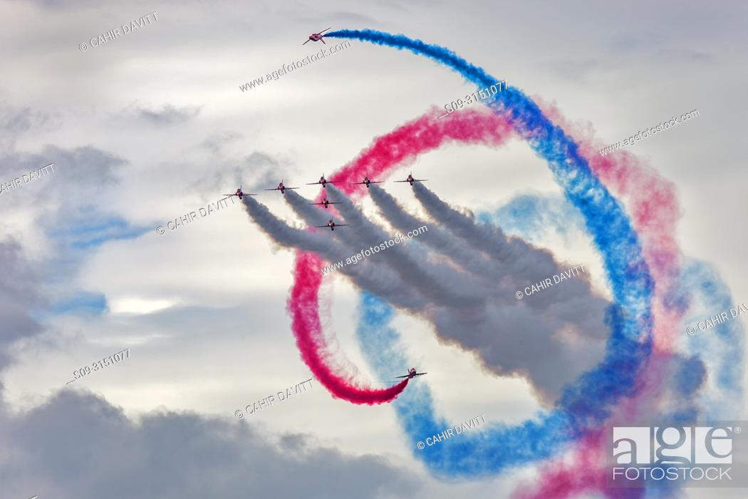 Photo de stock: Corkscrew manoeuvre carried out by the Royal Air Force Red Arrows aerobatic display team at Bray Airshow, Bray, Co. Wicklow, Ireland.