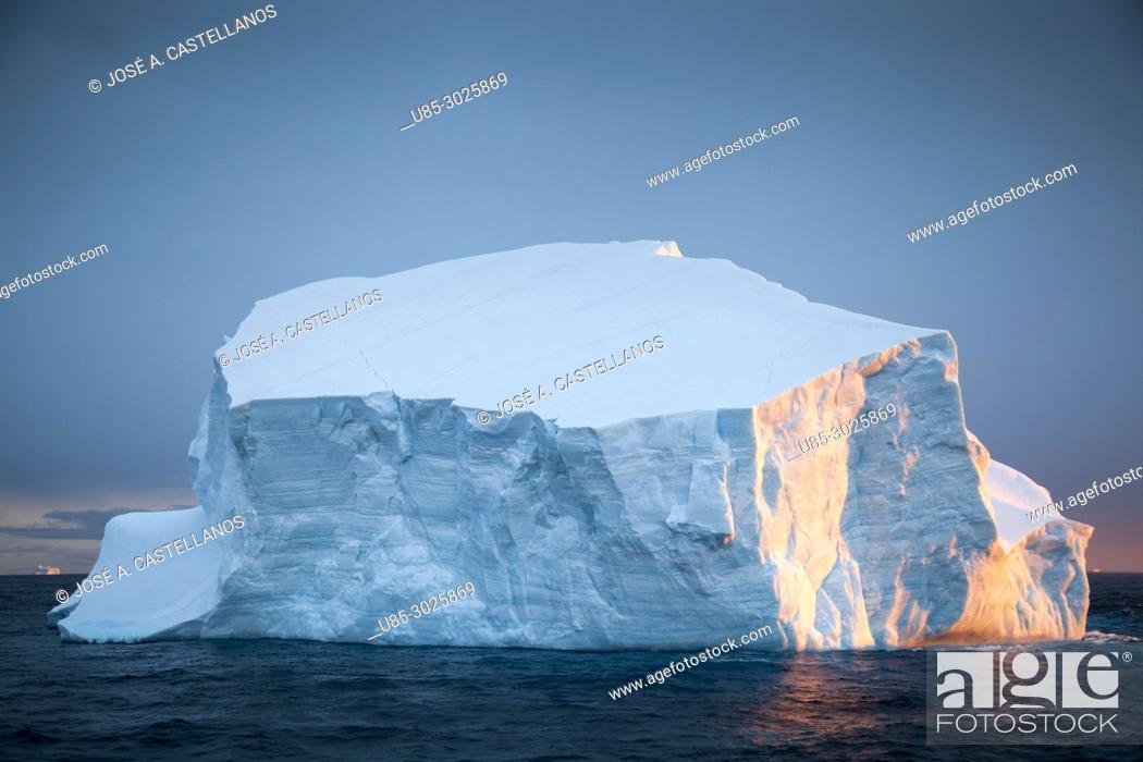Imagen: Antarctica. Iceberg near the Antarctic continent, sunset reflection on ice.
