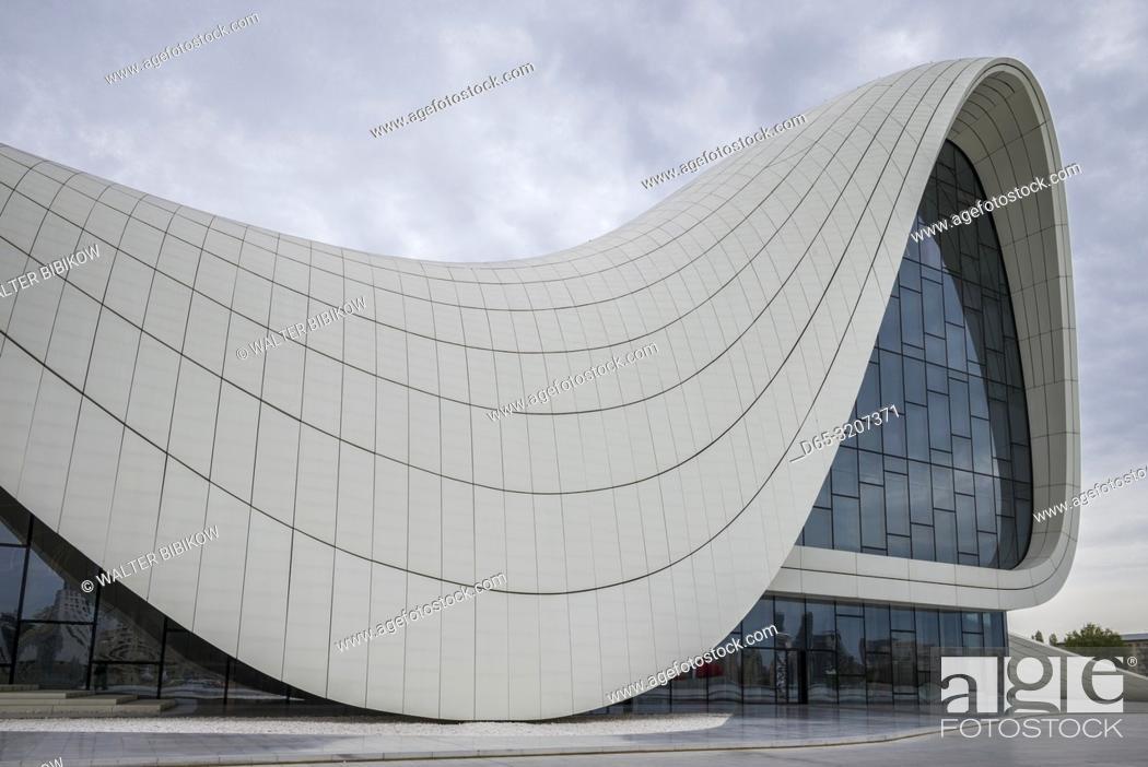 Imagen: Azerbaijan, Baku, Heydar Aliyev Cultural Center, building designed by Zaha Hadid, exterior.