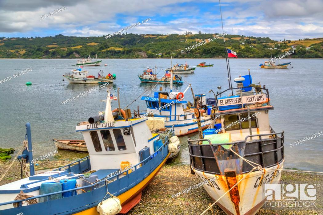Imagen: Colorful fishing boats in the harbour in the port of Dalcahue, Chile, South America.