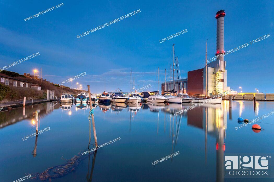 Imagen: Evening at Shoreham Harbour.