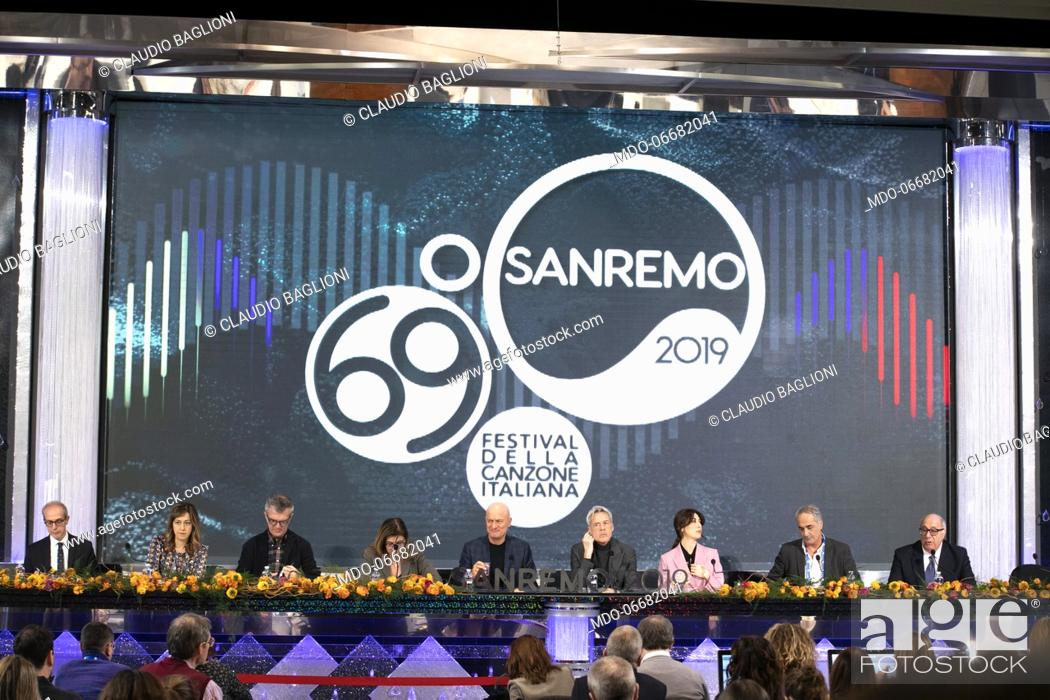 Imagen: Claudio Bisio, Virginia Raffaele, Claudio Baglioni and Teresa De Santis in the Press Room of the 69th Sanremo Music Festival.