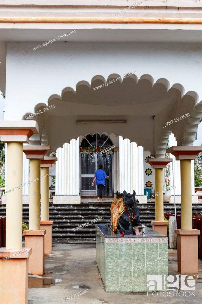 Imagen: Lady entering the main temple of Maheshwarnath Mandir, Triolet, Mauritius. Maheshwarnath Mandir or Temple as it is also known is oldest and largest Hindu shrine.