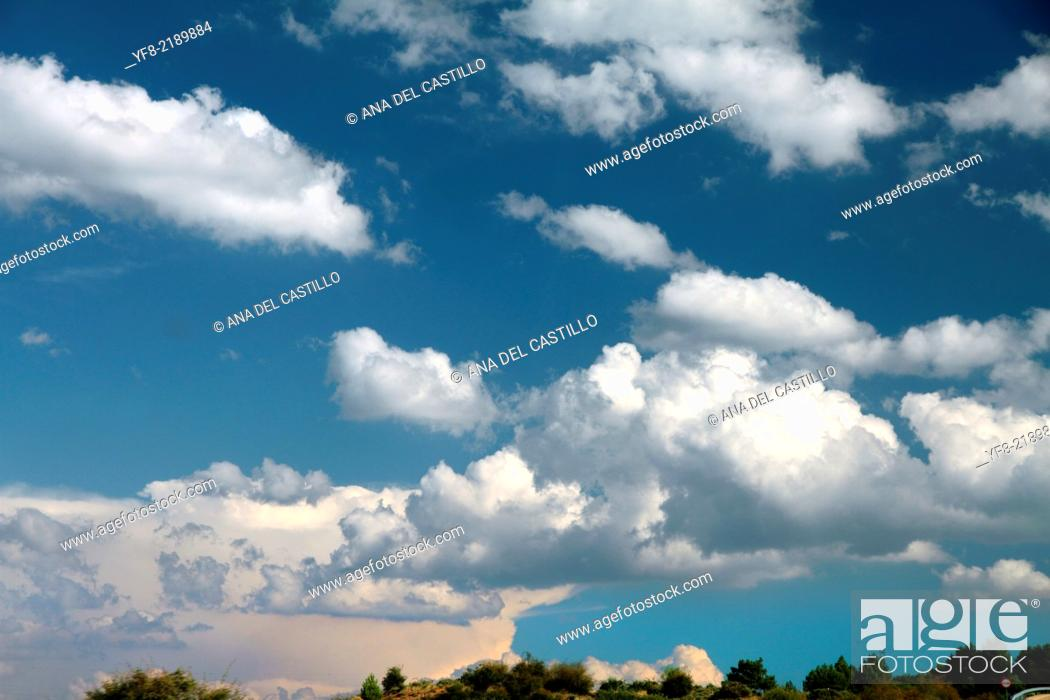 Imagen: clouds in the blue sky.