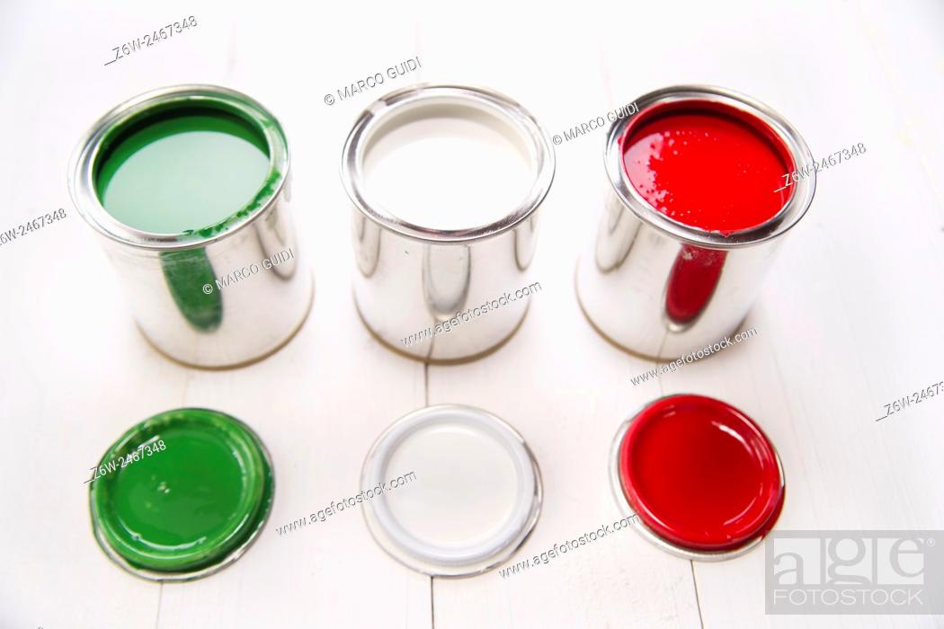 Photo de stock: Presentation of the flag of the Italian flag through three cans of paint.