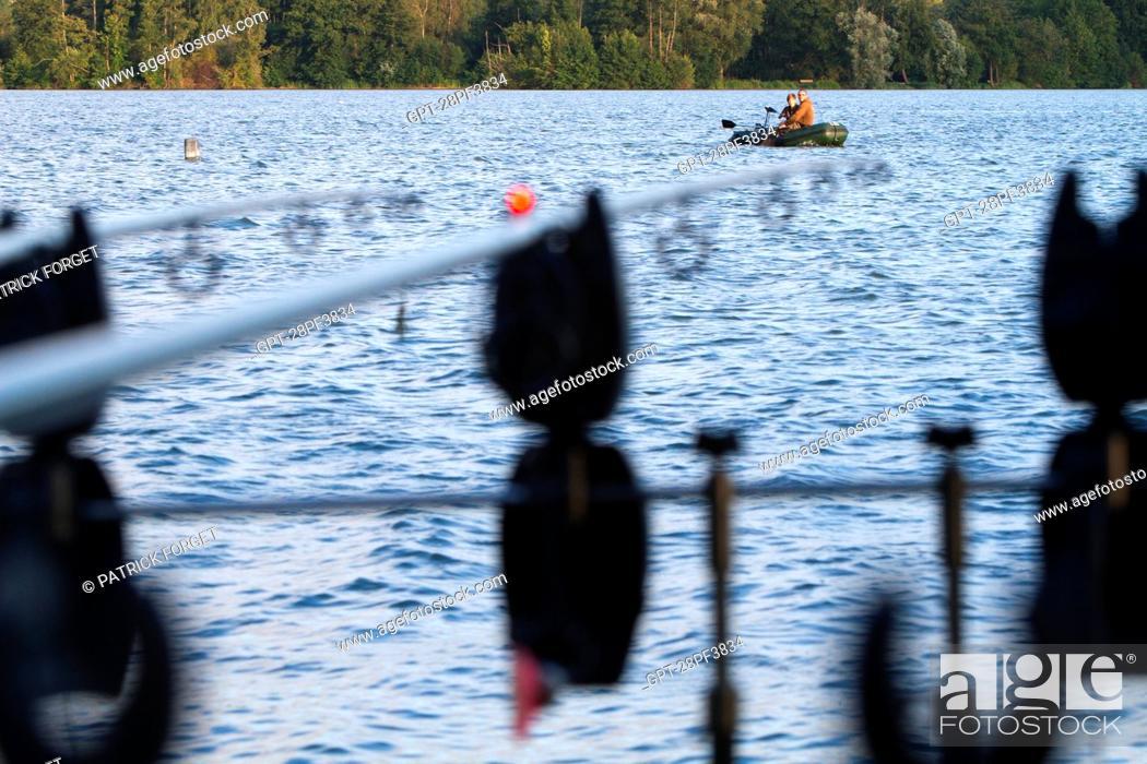 Imagen: FISHING RODS SET UP BY A LAKE, CARP FISHING, MEZIERES-ECLUIZELLES, EURE-ET-LOIR 28, FRANCE.