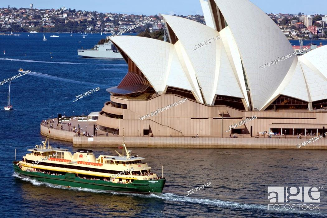 Imagen: Sydney ferry passes by the Sydney Opera House, New South Wales, Australia.