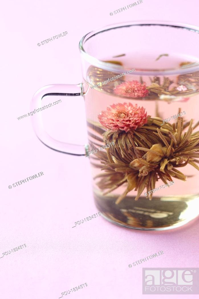 Imagen: Green tea blooming in a clear cup.