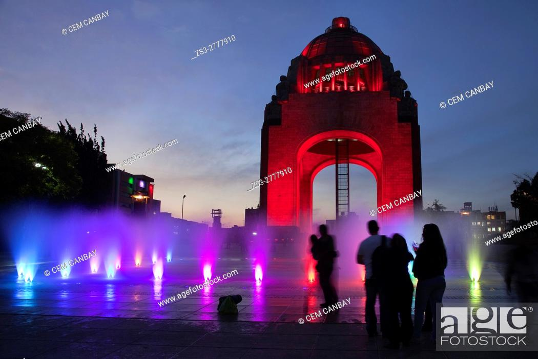 Imagen: People in front of the Monument dedicated to the Mexican Revolution (Monumento dedicado a la Revolucion Mexicana) with colorful water show and silhouettes of.