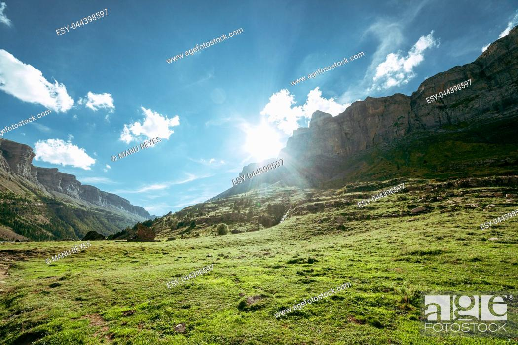 Imagen: View of Circo de Soaso, Ordesa National Park, Aragon. Pyrenees Mountains, Spain.