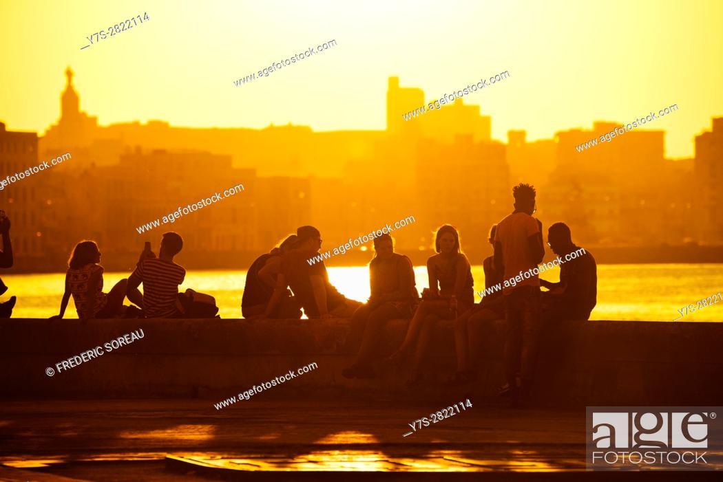 Imagen: malecon Promenade at sunset, Havana, Cuba.