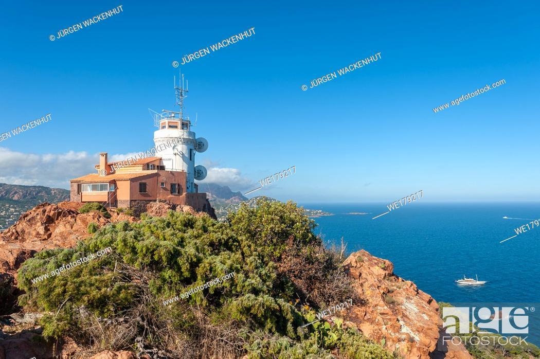 Imagen: Lighthouse at Cap du Dramont, Saint-Raphael, Var, Provence-Alpes-Cote d`Azur, France, Europe.