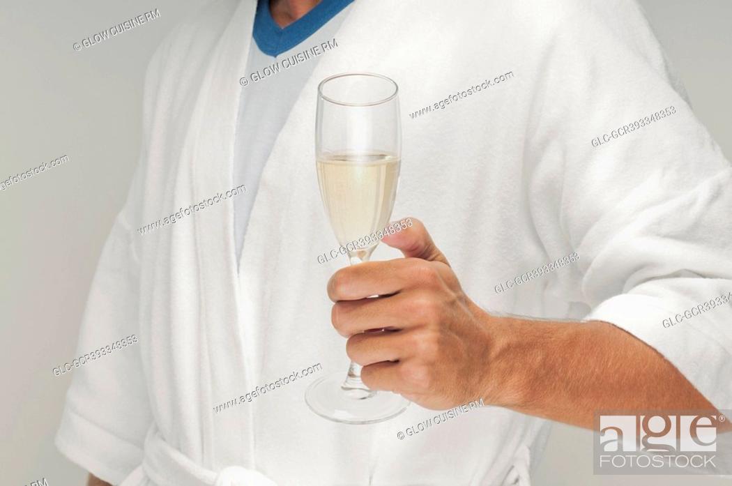 Imagen: Man holding a champagne flute.