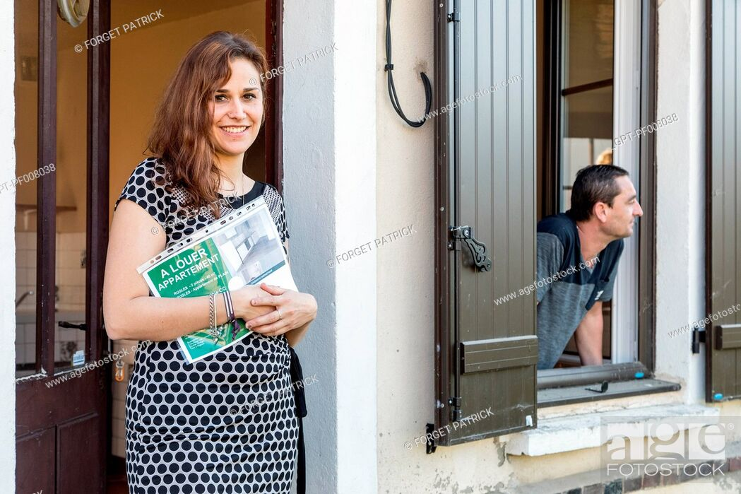 Stock Photo: REAL ESTATE AGENT WITH HER CLIENT VISITING A HOUSE FOR RENT IN THE CITY, RUGLES, NORMANDY, FRANCE.