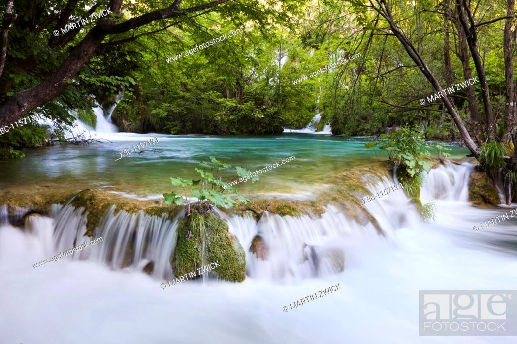 Imagen: The Plitvice Lakes in the National Park Plitvicka Jezera in Croatia  The lower lakes, the waterfalls of the V  Cascade  The Plitvice Lakes are a string of lakes.