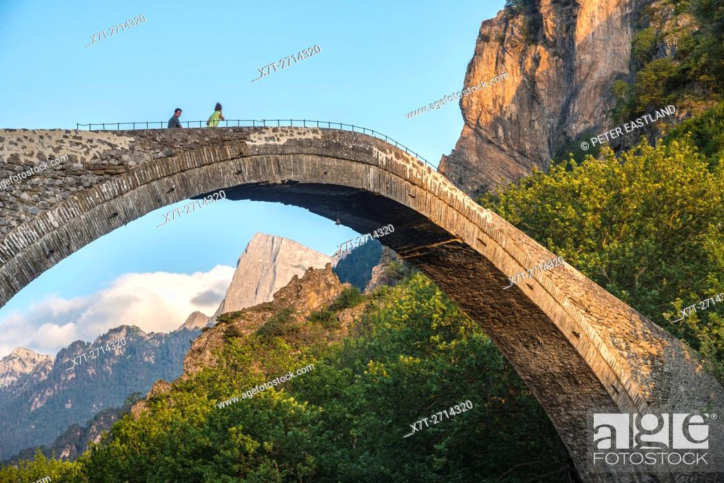 Imagen: The old stone bridge across the Aoos river at Konitsa with Mount Tymfi in the background, Epirus, Northern Greece.